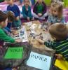 dzieci podczas wspólnego rysowania