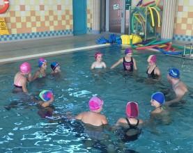 dziewczęta na zajęciach w basenie