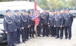 Delegacja strażacka ze sztandarem