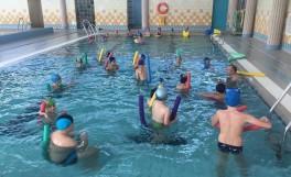 zajęcia w basenie dzieci z instruktorem